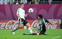 FUSSBALL  EUROPAMEISTERSCHAFT 2012   VIERTELFINALE Deutschland - Griechenland     22.06.2012 Miroslav Klose (li, Deutschland) gegen Michalis Sifakis (re, Griechenland)
