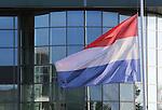 Foto: VidiPhoto<br /> <br /> EDE - Ook de bloemen- en plantensector leeft maandag mee met de nabestaanden van de ramp met de MH17. Tijdens de herdenkingsplechtigheid in de RAI in Amsterdam wordt bij bloemenveiling Plantion in Ede de vlag halfstok gehesen. Hoewel er geen personeel van de veiling bij de ramp betrokken was, doen we dit vanuit ons medeleven, aldus een woordvoerder van de veiling. Bij veel overheidsgebouwen en kerken, maar ook bij particulieren, ging maandag de vlag halfstok. Bij de nationale herdenking in de RAI waren ruim 1600 nabestaanden van de MH17-vliegramp aanwezig.