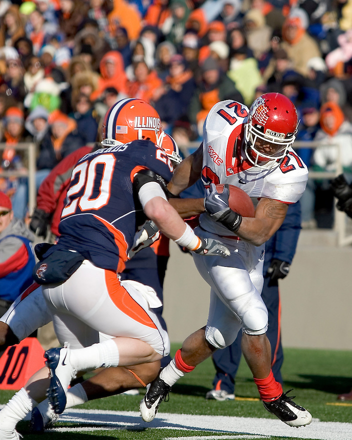 December 5, 2009 - Champaign, Illinois, USA -  Fresno State running back Ryan Mathews (21) carries the ball in the game between the University of Illinois and Fresno State at Memorial Stadium in Champaign, Illinois.  Fresno State defeated Illinois 53 to 52..
