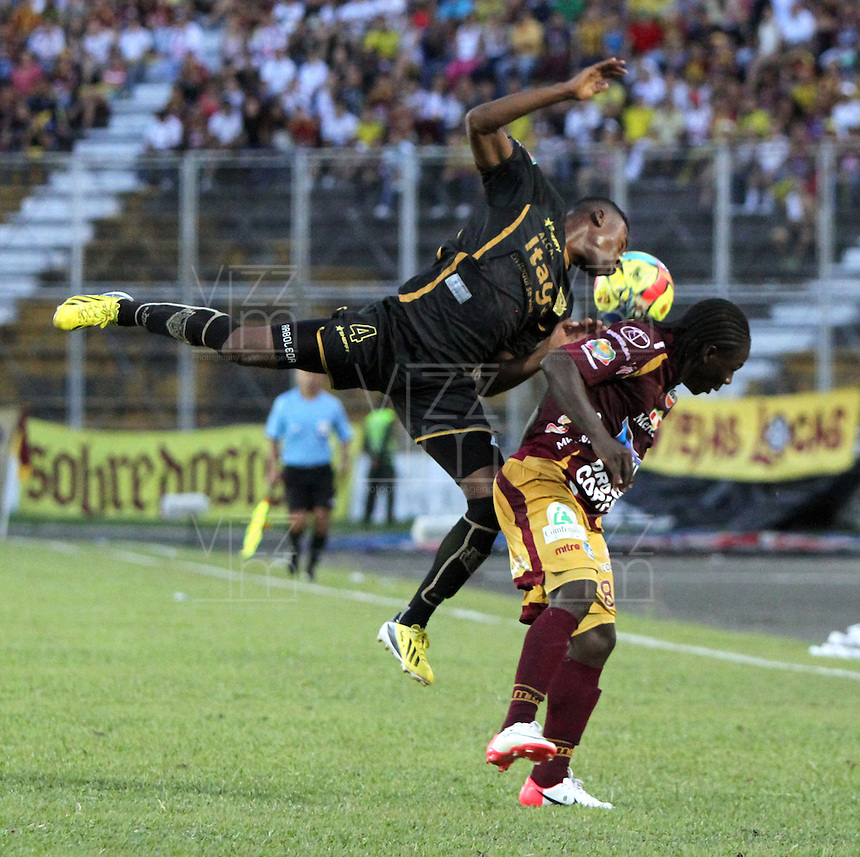 IBAGU&Eacute; -COLOMBIA, 7-07-2013. Yimmy Char&aacute;  (Der) del Deportes Tolima  disputa el bal&oacute;n con Carlos Arboleda (Izq) del Itag&uuml;i  durante partido de los cuadrangulares finales, fecha 6, de la Liga Postob&oacute;n 2013-1 jugado en el estadio Manuel Murillo Toro de la ciudad de Ibagu&eacute;./ Yimmy Char&aacute;  (Right) Tolima fights for the ball with Carlos Arboleda (L) of the match Itagui during the final runs, date 6 of the 2013-F1 Postob&oacute;n League played at the stadium Manuel  Murillo Toro in Ibague.<br /> . Photo: VizzorImage/ Felipe Caicedo/ STAFF