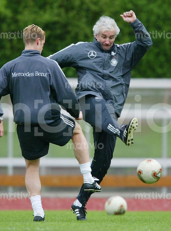 Fussball: Training der deutschen Nationalmannschaft am in Bremen Teamchef Rudi Voeller (re) setzt sich im Trainingsspiel gegen Arne Friedrich voll ein