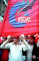 Roma Maggio 2004.Manifestazione degli operai della Fiat di Melfi.Gli Striscioni dei sindacati, Fiom CGIL .Demonstration of workers at Fiat Melfi .The banners of trade unions, CGIL  FIOM