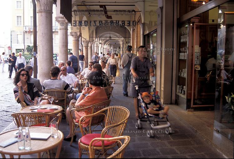 Mantova via broletto gente al bar sotto i portici for Bar ai portici