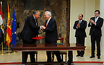 Egyptian Foreign Affairs Sameh Shoukry and his Spanish counterpart Jose Manuel Garcia Margallo sign an agreement at the Moncloa in Madrid on April 30, 2015. Photo by Egyptian Presidency