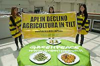 Roma 20  Maggio 2014<br /> Greenpeace e lo chef Antonello Colonna   in difesa delle api  e per un agricoltura senza pesticidi. Presentato  presso il ristorante Open Colonna, al Palazzo delle Esposizioni, il progetto  di agricoltura sostenibile per fermare il declino delle api.Lo chef  Antonello Colonna  presenta alcuni piatti realizzati con ingredienti che dipendono dall'impollinazione delle api.<br /> <br /> Rome May 20, 2014 <br /> Greenpeace and chef Antonello Colonna in defense of bees and for a farming without pesticides. Presented at the restaurant Open Colonna, at the Palais des Expositions, the project of sustainable agriculture to stop the decline of bees.<br /> The chef Antonello Colonna presents some dishes made with ingredients that are dependent on pollination by bees.