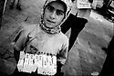 Turquie 1998.A la gare routière de Dyarbakir, une jeune kurde vend des mouchoirs en papier..Turkey 1998.Young girl selling tissues in the streets of Diyarbakir