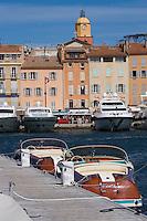 Europe/Provence-Alpes-Côte d'Azur/83/Var/Saint-Tropez: Le port -les canots Riva les Yachts et le clocher de l'église