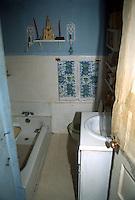 1990 December..Conservation.Ballentine Place..BEFORE REHAB.2648 MCKANN AVENUE.INTERIOR.BATHROOM.OWNER: MARY HUNTER...NEG#.NRHA#..
