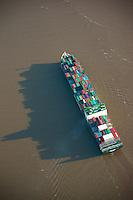Containerschiff Ever Lawful: EUROPA, DEUTSCHLAND, HAMBURG, NIEDERSACHSEN, SCHLESWIG HOLSTEIN (EUROPE, GERMANY), 28.12.2012: Containerschiff Ever Lawful, Ozeanriesen in der Fahrrinne der Elbe, Die Evergreen Marine Corp.  Ltd. ist eine der fuenf groessten Containerschiff-Reedereien der Welt mit Sitz in Taipeh in der Republik China auf Taiwan..
