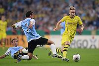 FUSSBALL   DFB POKAL 1. RUNDE   SAISON 2013/2014 TSV 1860 Muenchen - Borussia Dortmund         24.09.2013 Marco Reus (re, Borussia Dortmund) gegen Grzegorz Wojtkowiak (li, 1860 Muenchen) und Kai Buelow (hinten, 1860 Muenchen)