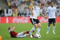 FUSSBALL  EUROPAMEISTERSCHAFT 2012   VORRUNDE Daenemark - Deutschland       17.06.2012 Lars Bender (li, Deutschland) vor Michael Krohn - Dehli (re, Daenemark)