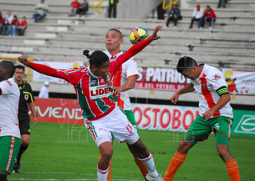 TUNJA -COLOMBIA. 26-05-2013. Sergio Reina (Der) de Patriotas FC disputa el balón con Yuberni Franco, Andres Orozco (Izq) del Envigado durante partido de la fecha 17 Liga Postobón 2013-1./ Sergio Reina (R) of Patriotas FC fights for the ball with Yuberni Franco, Andres Orozco (L) of Envigado during match of the 17th date of Postobon  League 2013-1. (Photo: VizzorImage/José Palencia/Staff)