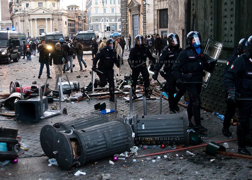 Roma 14 Dicembre 2010.<br /> Manifestazione contro il Governo Berlusconi.I carabinieri attraversano le barricate  di Piazza del Popolo.<br /> Rome December 14, 2010.<br /> Demonstration against the Berlusconi government.