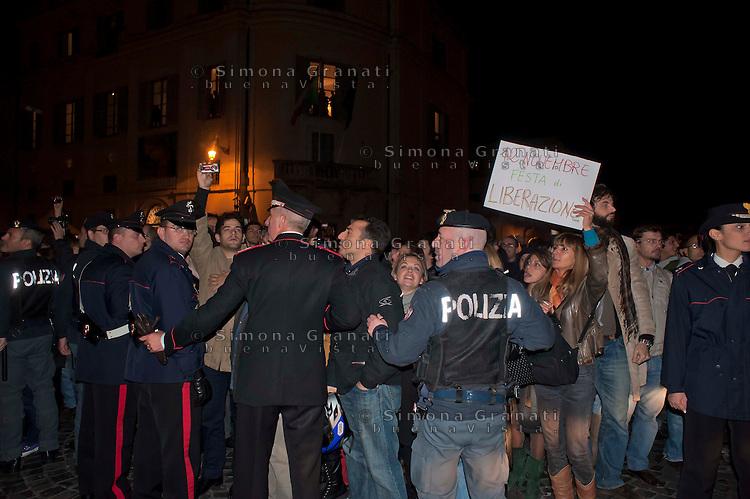 Roma, 12 Novembre 2011.Gente in strada in attesa delle dimissioni di Silvio Berlusconi da Presidente del Consiglio,davanti al Quirinale.Le forze dell'ordine contengono la folla
