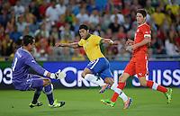 FUSSBALL  INTERNATIONAL  Testspiel Schweiz - Brasilien    14.08.2013 Torwart Diego BENAGLIO (Schweiz) rettet gegen HULK (Mitte, Brasilien) und Timm KLOSE (re, Schweiz)