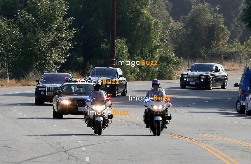 OBSEQUES DE MICHAEL JACKSON - CORTEGE FUNERAIRE QUI SORT DU CIMETIERE FOREST LAWN MEMORIAL A LOS ANGELES - the Forest Lawn Memorial-Parks & Mortuaries in Los Angeles - Michael jackson's funeral .