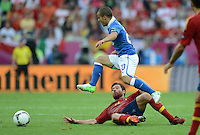 FUSSBALL  EUROPAMEISTERSCHAFT 2012   VORRUNDE Spanien - Italien            10.06.2012 Sebastian Giovinco (Italien) gegen Xabi Alonso (Spanien) obenauf