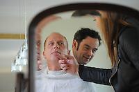 ALGEMEEN: LEMMER: 30-10-2013, Shave down Rintje Ritsma die gaat meedoen aan de actie Movember om aandacht te vragen voor prostaatkanker, Rintje werd geschoren meesterbarbier Jan Heideman, Vriendin Youandi Mazeland controleert of Rintje goed is geschoren, ©foto Martin de Jong