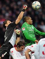 FUSSBALL   1. BUNDESLIGA   SAISON 2011/2012    14. SPIELTAG SV Werder Bremen - VfB Stuttgart       27.11.2011 Torwart Sven ULREICH (li, Stuttgart) rettet gegen NALDO (re, Bremen)