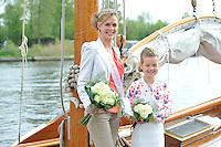 ZEILEN: Opening seizoen Earnewâld, Feankeninginne 2014 Janneke de Haan en Bloemenmeisje Fardau Visser, ©foto Martin de Jong