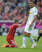 Fussball  1. Bundesliga  Saison 2013/2014   1. SPIELTAG FC Bayern Muenchen - Borussia Moenchengladbach       09.08.2013 Martin Stranzl (li, Borussia Moenchengladbach) hilft Franck Ribery (re, FC Bayern Muenchen) auf die Beine