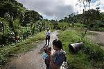 21 noviembre 2014.   <br /> La llegada de algunas compa&ntilde;&iacute;as extranjeras a Am&eacute;rica Latina ha provocado abusos a los derechos de las poblaciones ind&iacute;genas y represi&oacute;n a su defensa del medio ambiente. En Santa Cruz de Barillas, Guatemala, el proyecto de la hidroel&eacute;ctrica espa&ntilde;ola Ecoener ha desatado cr&iacute;menes, violentos disturbios, la declaraci&oacute;n del estado de sitio por parte del ej&eacute;rcito y la encarcelaci&oacute;n de una decena de activistas contrarios a los planes de la empresa. Un grupo de ind&iacute;genas mayas, en su mayor&iacute;a mujeres, mantiene cortado un camino y ha instalado un campamento de resistencia para que las m&aacute;quinas de la empresa no puedan entrar a trabajar. La persecuci&oacute;n ha provocado adem&aacute;s que algunos ecologistas, con &oacute;rdenes de busca y captura, hayan tenido que esconderse durante meses en la selva guatemalteca.<br /> <br /> En Cob&aacute;n, tambi&eacute;n en Guatemala, la hidroel&eacute;ctrica Renace se ha instalado con amenazas a la poblaci&oacute;n y falsas promesas de desarrollo para la zona. Como en Santa Cruz de Barillas, el proyecto ha dividido y provocado enfrentamientos entre la poblaci&oacute;n. La empresa ha cortado el acceso al r&iacute;o para miles de personas y no ha respetado la estrecha relaci&oacute;n de los ind&iacute;genas mayas con la naturaleza. &copy; Calamar2/Pedro ARMESTRE<br /> <br /> The arrival of some foreign companies to Latin America has provoked abuses of the rights of indigenous peoples and repression of their defense of the environment. In Santa Cruz de Barillas, Guatemala, the project of the Spanish hydroelectric Ecoener has caused murders, violent riots, the declaration of a state of siege by the army and the imprisonment of a dozen activists opposed to the project . <br /> A group of Mayan Indians, mostly women, has cut a path and has installed a resistance camp to prevent the enter of the company&rsquo;s machines. 