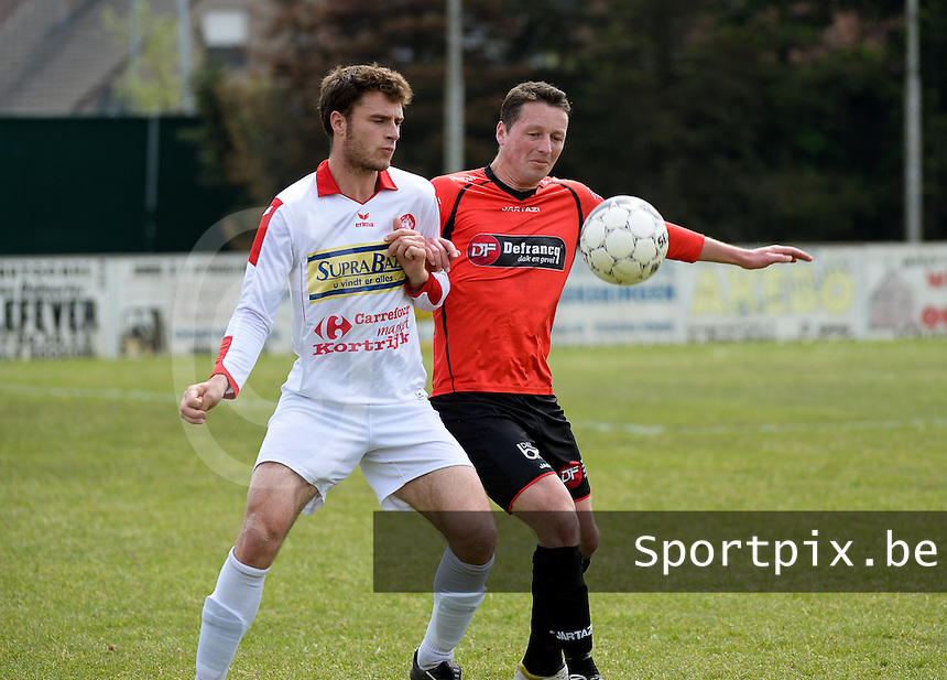 Winkel Sport - FC Gullegem : duel tussen Vincent Bostoen (r) en Nicolas Mulliez (l)<br /> foto VDB / BART VANDENBROUCKE