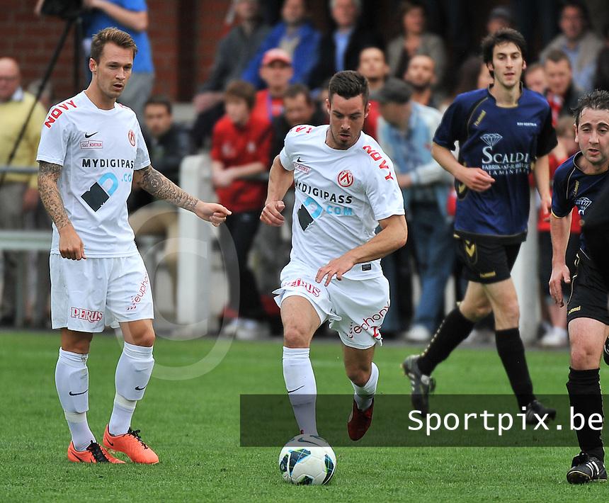 KV Kortrijk - SV Kortrijk : Baptiste Ulens aan de bal voor Robert Klaasen (links)<br /> foto VDB / Bart Vandenbroucke