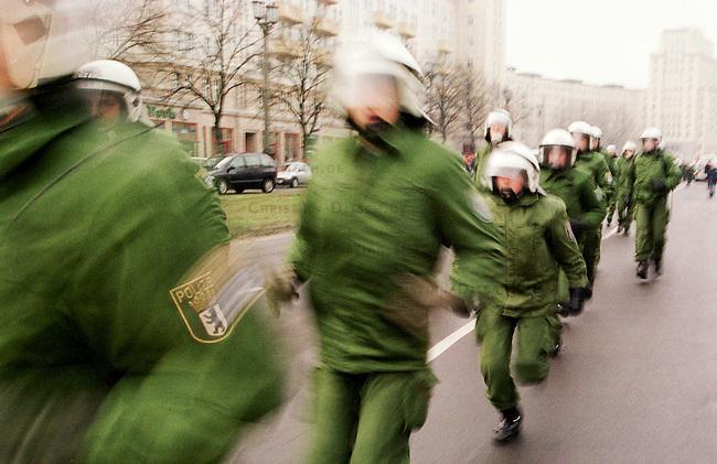 Aufgrund einer ominoesen Morddrohung eines Berliner Brandstifters wurde die alljaehrliche Demonstration linker Gruppen und Parteien zum Gedenken an die Ermordung Karl Liebknechts und Rosa Luxemburg im Jahre 1919 vom Berliner Polizeipraesidenten Saberschinsky verboten.<br /> Trotz des Demonstrationsverbotes versammelten sich mehrere tausend Menschen und zogen in einem Protestmarsch durch die Berliner Innenstadt.<br /> Hier: Polizeibeamte auf der Jagd nach Demonstrationsteinlehmern.<br /> Berlin, 9.1.2000<br /> Copyright: Christian-Ditsch.de<br /> [Inhaltsveraendernde Manipulation des Fotos nur nach ausdruecklicher Genehmigung des Fotografen. Vereinbarungen ueber Abtretung von Persoenlichkeitsrechten/Model Release der abgebildeten Person/Personen liegen nicht vor. NO MODEL RELEASE! Nur fuer Redaktionelle Zwecke. Don't publish without copyright Christian-Ditsch.de, Veroeffentlichung nur mit Fotografennennung, sowie gegen Honorar, MwSt. und Beleg. Konto: I N G - D i B a, IBAN DE58500105175400192269, BIC INGDDEFFXXX, Kontakt: post@christian-ditsch.de<br /> Bei der Bearbeitung der Dateiinformationen darf die Urheberkennzeichnung in den EXIF- und  IPTC-Daten nicht entfernt werden, diese sind in digitalen Medien nach &sect;95c UrhG rechtlich gesch&uuml;tzt. Der Urhebervermerk wird gemaess &sect;13 UrhG verlangt.]