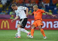 FUSSBALL  EUROPAMEISTERSCHAFT 2012   VORRUNDE Niederlande - Deutschland       13.06.2012 Lukas Podolski (li, Deutschland) Nigel de Jong (re, Niederlande)