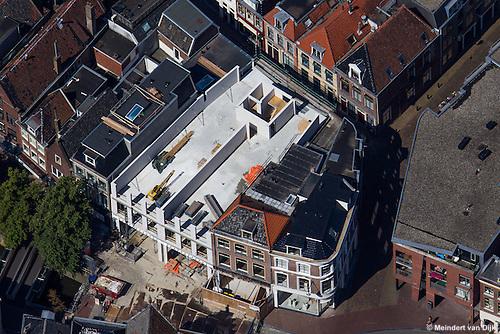 Leeuwarden - Luchtfoto van de herbouw van de in 2013 uitgebrande winkels en appartementen aan de Kelders in Leeuwarden.<br /> <br /> In opdracht van de VvE Leeuwarden herbouwt Bouwgroep Dijkstra Draisma 2 panden aan de Kelders nadat deze waren verwoest door de brand in oktober 2013. Het gebruik van de panden blijft gelijk. De begane grond wordt gebruikt voor detailhandel en de verdiepingen voor wonen.<br /> <br /> Bij de zeer grote uitslaande brand op 19 oktober 2013 op de Kelders in het centrum van de stad Leeuwarden kwam een 24-jarige inwoner van Leeuwarden om het leven. De student woonde in een van de appartementen boven de uitgebrande winkels. Tijdens de brand waren bewoners van de Kelders, de Minnemastraat en de Poststraat ge&euml;vacueerd. Bij de bluswerkzaamheden werden brandweerkorpsen uit de hele provincie Friesland ingezet. Tijdens en na de brand waren delen van de winkels en appartementen ingestort.