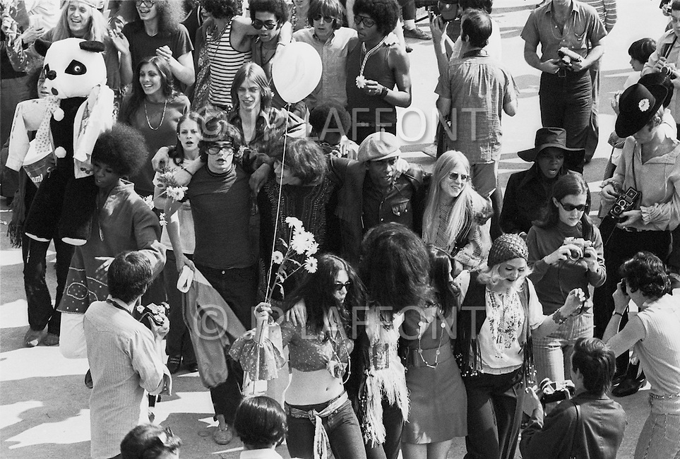 Manhattan, New York City, NY. April 27th, 1969. <br /> The cast of the rock musical 'Hair' during a free performance in New York's Central Park to mark the one year anniversary of it's Broadway debut. The musical celebrated hippies living in the 'Age of Aquarius' and several of its songs became anti-Vietnam War anthems.<br /> A l'occasion du premier anniversaire de la com&eacute;die musicale de Broadway 'Hair' , la troupe va se produire gratuitement &agrave; Central Park , certaines chansons du groupe sont devenues des symboles contre la guerre du Vietnam.