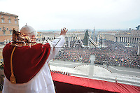 Urbi et Orbi Benedict XVI during the message in St. Peter's square at the Vatican.December. 25, 2008