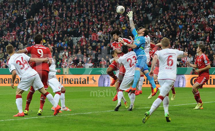Fussball DFB Pokal Halbfinale 2013/2014    FC Bayern Muenchen - 1. FC Kaiserslautern      16.04.2014 Torwart Tobias Sippel (Mitte re, 1. FC Kaiserslautern) und Florian Dick (Mitte, 1. FC Kaiserslautern) gegen Dante (Mitte li, FC Bayern Muenchen)