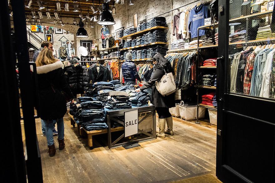 Nederland, Amsterdam, 11 jan 2014<br /> Kledingwinkel in de Kalverstraat. <br /> <br /> Foto: Michiel Wijnbergh