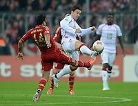 FUSSBALL  DFB POKAL       SAISON 2012/2013 FC Bayern Muenchen - 1 FC Kaiserslautern  31.10.2012 Claudio Pizarro (li, FC Bayern Muenchen) gegen Alexander Baumjohann (1. FC Kaiserslautern)