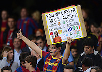FUSSBALL   INTERNATIONAL   CHAMPIONS LEAGUE   2012/2013      FC Barcelona - Celtic FC Glasgow       23.10.2012 Barca Fan mit Plakat