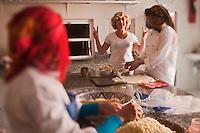 Afrique/Afrique du Nord/Maroc/Province d'Agadir/Tighanimine Elbaz: Ecolodge Atlas Kasbah - Stage de cuisine marocaine, préparation des briouats aux crevettes