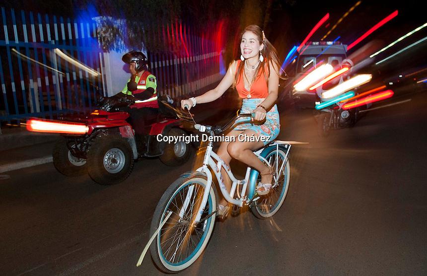 Quer&eacute;taro, Qro. 28 de mayo de 2014.- Con cinco a&ntilde;os promoviendo el uso de la bicicleta, principalmente como medio de transporte, esta noche la asociaci&oacute;n civil Saca La Bici celebr&oacute; un aniversario m&aacute;s con un recorrido nocturno. Esta ocasi&oacute;n les acompa&ntilde;&oacute; el gobernador del estado Jos&eacute; Calzada y su familia, en un paseo que hizo una  pausa para premiar a los due&ntilde;os de las bicicletas de bicicletas mejor &quot;tuneadas&quot; y culminar en un festejo en el hotel Casa Azul.<br /> <br /> <br /> Foto: Demian Ch&aacute;vez / Obture Press Agency.
