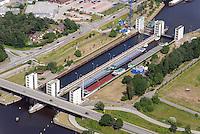 Geesthacht Elbe Schleuse: EUROPA, DEUTSCHLAND, SCHLESWIG- HOLSTEIN, GEESTHACHT, (GERMANY), 08.03.2008: Zur Ueberwindung der Staustufe durch die Schifffahrt befindet sich noerdlich des Wehres ein Schleusenkanal mit einer Doppelschleuse. Die beiden Schleusenkammern mit einer Laenge von 230 Metern und einer Breite von 25 Metern fassen jeweils vier Grossmotorschiffe oder einen entsprechenden Schubverband. Die 4 Hubtore werden elektromechanisch und durch Gegengewichte in den Schleusentuermen mit geringem Kraftaufwand bewegt. Die Schleuse wird meist als Zwillingsschleuse betrieben: Durch einen Fuellkanal in der zwischen beiden Kammern befindlichen Mauer wird das leere Becken zunaechst mit einem Drittel des Inhalts des vollen beschickt. Vollstaendig gefuellt bzw. entleert werden die Kammern anschließend schwallfrei durch leichtes Anheben des jeweiligen Ober- oder Untertores