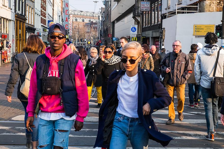 Nederland, Amsterdam, 19 maart 2015<br /> Overstekende mensen bij de Munt/Vijzelstraat, centrum Amsterdam.<br />  <br /> Foto: Michiel Wijnbergh