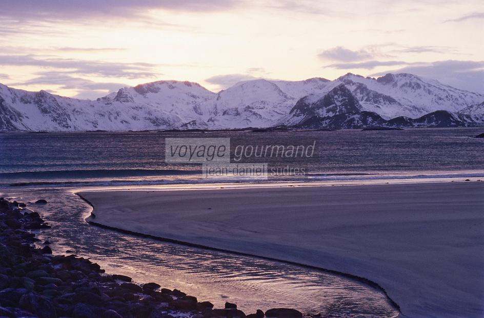 Europe/Norvège/Iles Lofoten/Env d'Hennigsvaer: La lumiére du soir sur le fjord