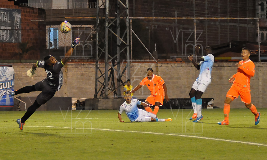 ENVIGADO -COLOMBIA, 21-MARZO-2015. Williams guardameta de Jaguares en accion contra Envigado FC  durante  partido  de la onceava fecha de La Liga Aguila  2015-1  jugado en el estadio Polideportivo Sur  de Envigado  . / Williams goalkeeper in actions against  Envigado FC    on the 11 date  between Envigado FC and Jaguares for the Liga Aguila at the  Polideportivo Sur stadium in the city of Medellin.  . /  Photo /VizzorImage / Leon Monsalve  / Stringer