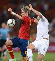FUSSBALL  EUROPAMEISTERSCHAFT 2012   VIERTELFINALE Spanien - Frankreich      23.06.2012 Fernando Torres (li, Spanien) gegen Adil Rami (re, Frankreich)