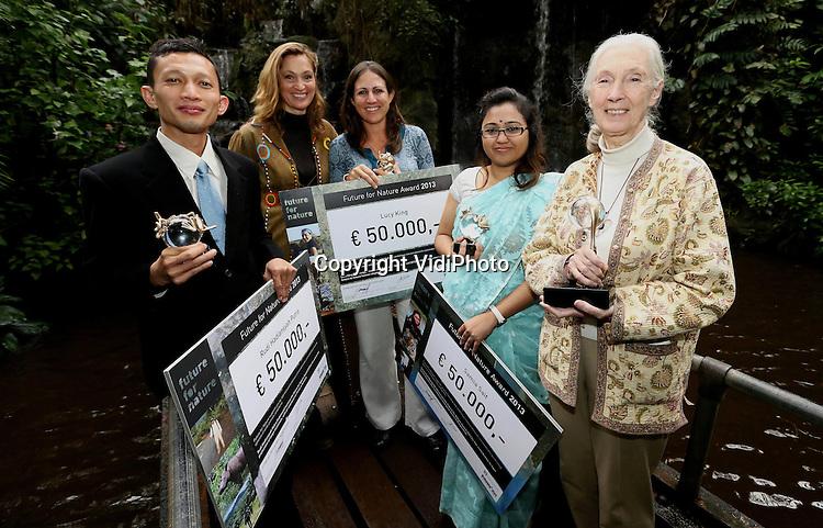 Foto: VidiPhoto..ARNHEM - In dierenpark Burgers' Zoo in Arnhem zijn vrijdag de Future for Nature awards uitgereikt aan de drie prijswinnende kandidaten. De prestigieuze natuurprijzen gaan ieder jaar naar drie personen die zich in hun eigen land op een uitzonderlijke wijze hebben bezig gehouden met natuurbescherming in de meest brede zin van het woord. Eregast vrijdag was de bekende natuurbeschermster dr. Jane Goodall. De prijswinnaars komen dit jaar uit Bangladesh (Samia Saif, tweede van rechts), Indonesië (Rudi H. Putra, links) en Kenia (Lucy King, midden). Rechts Jane Goodall. Tweede van links Saba Douglas-Hamilton, voorzitter van het selectiecomité.