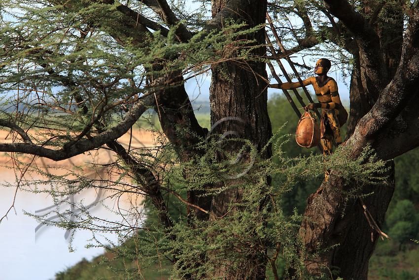 The village of Korcho on the Omo River, a Karo beekeeper gets ready for the harvest.///Village de Korcho sur le fleuve Omo, un apiculteur Karo s'apprête à la récolte.