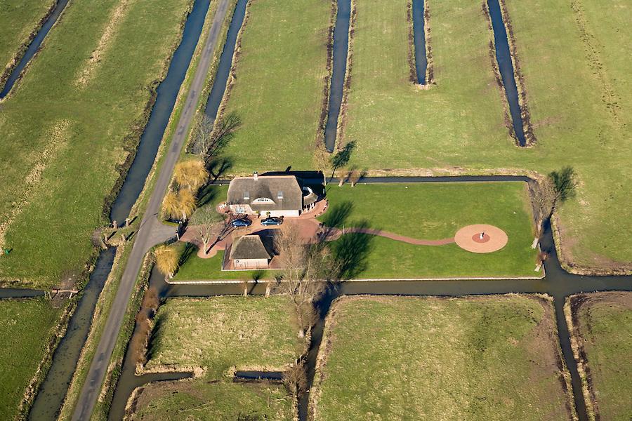 Nederland, Utrecht, Maarssen, 11-02-2008; villa met rieten dak in polder Bethune, ook de garage is rietgedekt; twee auto's voor de deur; .gazon, tuin, tweede auto, veenweide landschap, hans en grietje, romantiek, luxe, lanhuis, buitenhuis, yup, juppie, jup, yuppie. .luchtfoto (toeslag); aerial photo (additional fee required); .foto Siebe Swart / photo Siebe Swart