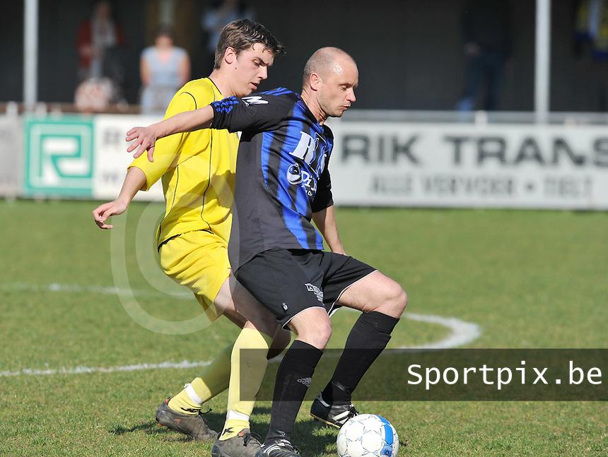 VV Tielt - FC Veldegem : Frederick Helewaut aan de bal voor Jens Langeraet.foto VDB / BART VANDENBROUCKE