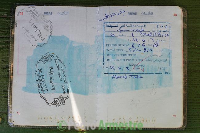 16 septiembre 2015. Ceti-Melilla <br /> Amro Arafeh tiene cuatro a&ntilde;os y medio y se ha pasado los dos &uacute;ltimos con su familia viajando desde Siria hasta llegar a Melilla. Su pasaporte es una amalgama de sellos. La ONG Save the Children exige al Gobierno espa&ntilde;ol que tome un papel activo en la crisis de refugiados y facilite el acceso de estas familias a trav&eacute;s de la expedici&oacute;n de visados humanitarios en el consulado espa&ntilde;ol de Nador. Save the Children ha comprobado adem&aacute;s c&oacute;mo muchas de estas familias se han visto forzadas a separarse porque, en el momento del cierre de la frontera, unos miembros se han quedado en un lado o en el otro. Para poder cruzar el control, las mafias se aprovechan de la desesperaci&oacute;n de los sirios y les ofrecen pasaportes marroqu&iacute;es al precio de 1.000 euros. Diversas familias han explicado a Save the Children c&oacute;mo est&aacute;n endeudadas y han tenido que elegir qui&eacute;n pasa primero de sus miembros a Melilla, dejando a otros en Nador.<br /> &copy; Save the Children Handout/PEDRO ARMESTRE - No ventas -No Archivos - Uso editorial solamente - Uso libre solamente para 14 d&iacute;as despu&eacute;s de liberaci&oacute;n. Foto proporcionada por SAVE THE CHILDREN, uso solamente para ilustrar noticias o comentarios sobre los hechos o eventos representados en esta imagen.<br /> Save the Children Handout/ PEDRO ARMESTRE - No sales - No Archives - Editorial Use Only - Free use only for 14 days after release. Photo provided by SAVE THE CHILDREN, distributed handout photo to be used only to illustrate news reporting or commentary on the facts or events depicted in this image.