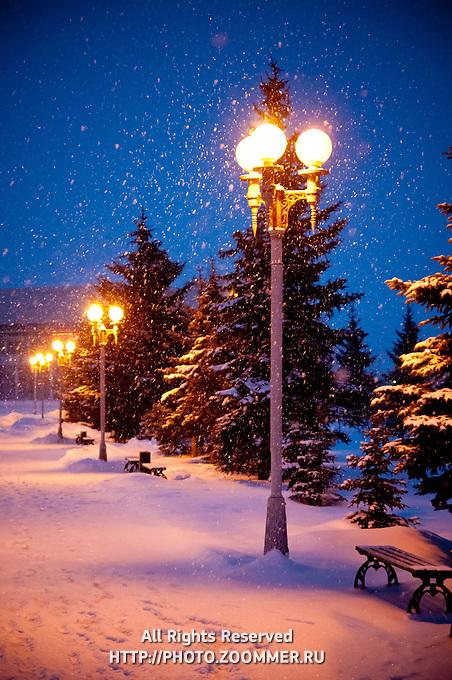 Снегопад и метель в парке Гагарина вечером - город Оренбург